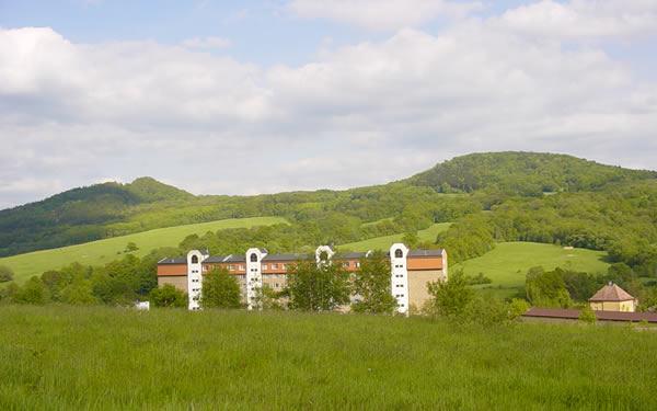 vrch Klobouk - vlevo, Lotarův vrch (vpravo) - pohled ze sídliště