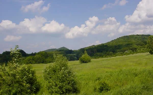 vrch Klobouk - vlevo, Lotarův vrch (vpravo)